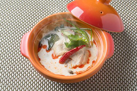 鶏とハーブのココナッツスープ~トムカーガイ~